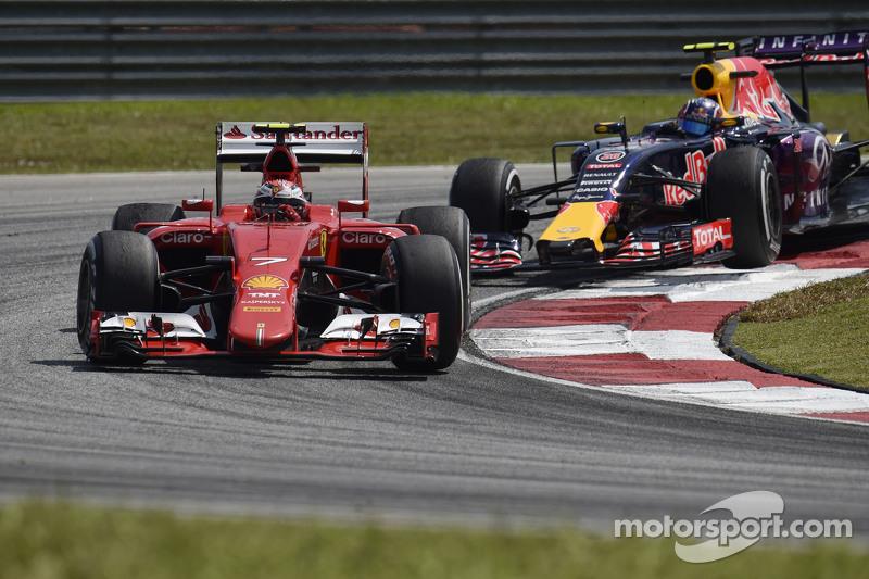 Kimi Raikkonen, Ferrari SF15-T memimpin Daniil Kvyat, Red Bull Racing RB11