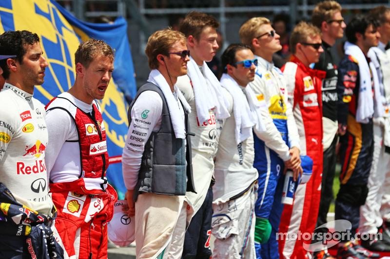 Sebastian Vettel, Ferrari en la parrilla observa el himno nacional