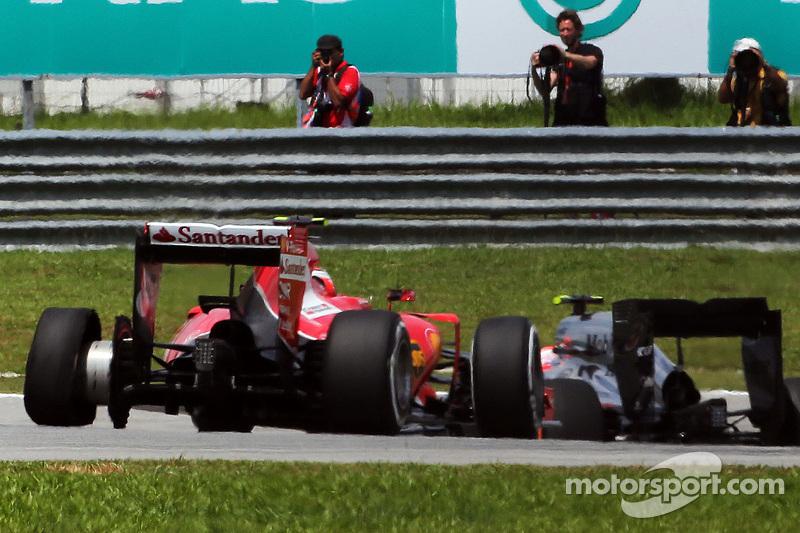 Kimi Räikkönen, Ferrari SF15-T, mit einem Reifenschaden