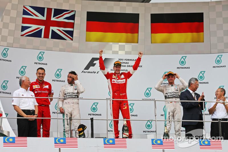 El podio, Mercedes AMG F1, segundo; Sebastian Vettel, Ferrari, ganador de la carrera; Nico Rosberg, de Mercedes AMG F1, tercero