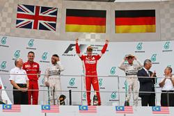 Подиум: Mercedes AMG F1 второй; Себастьян Феттель Ferrari, победитель гонки; Нико Росберг, Mercedes