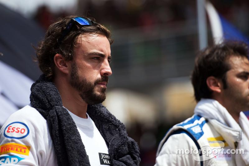 Fernando Alonso, McLaren con los pilotos observan el himno nacional
