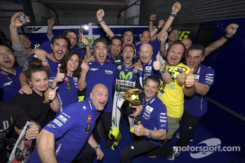 Juara balapan Valentino Rossi merayakan bersama his team