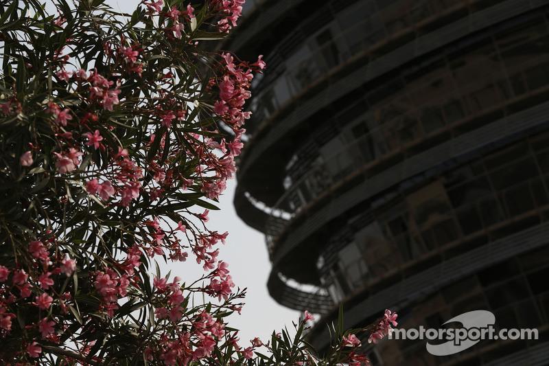 Flores delante de la Torre de Sakhir