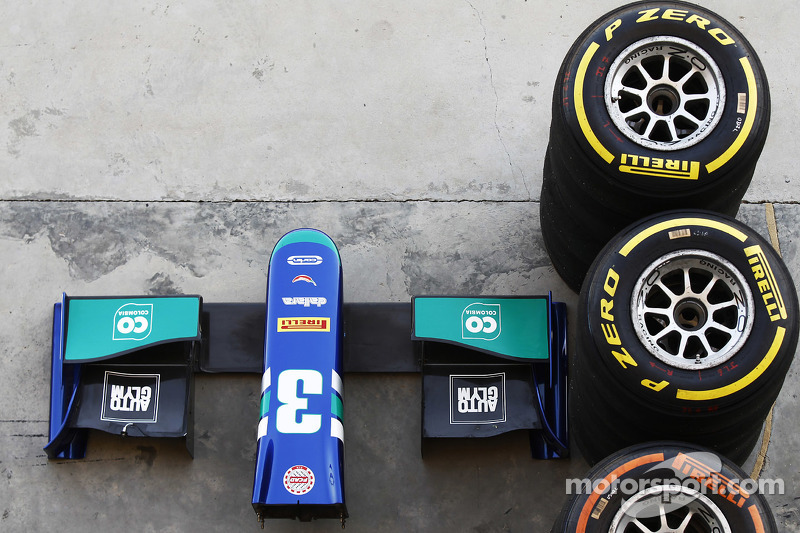 Pirelli tyres, dan nose cone of Julian Leals, Carlin