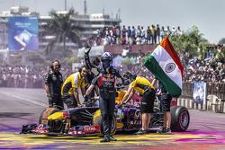 David Coulthard, Red Bull Racing ondea la bandera de la India en el Red Bull Show Run 2015 en el Necklace Road en Hyderabad, India