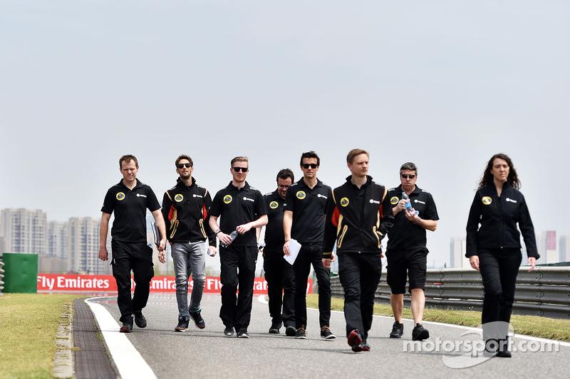Romain Grosjean, Lotus F1 Team and Jolyon Palmer, Lotus F1 Team Test and Reserve Driver walk the cir