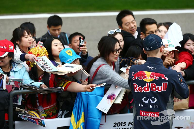 Daniil Kvyat Red Bull Racing firma autógrafos para los aficionados