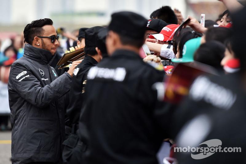 Lewis Hamilton, Mercedes AMG F1, schreibt Autogramme für die Fans