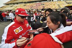 Кими Райкконен Ferrari раздает автографы