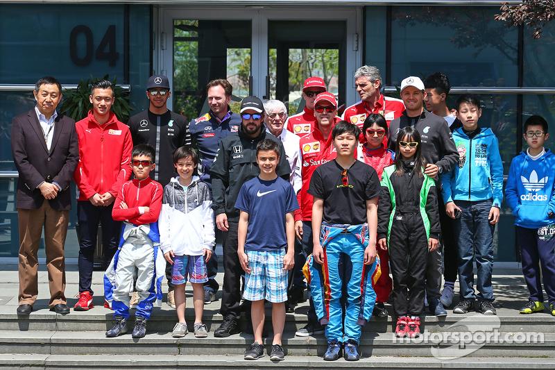 Lewis Hamilton, Mercedes AMG F1; Christian Horner, de Red Bull Racing Team Principal; Fernando Alons