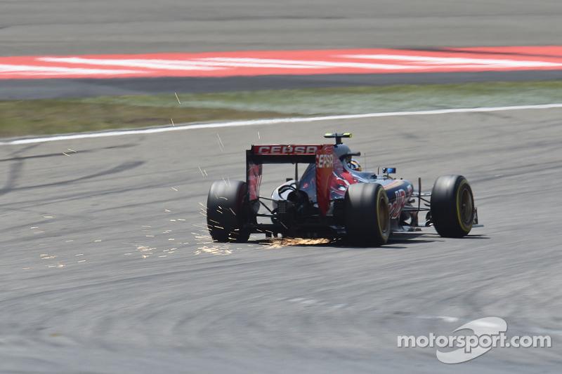 Carlos Sainz Jr., Scuderia Toro Rosso STR10 sacando chispas