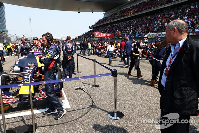Ron Dennis, McLaren-Geschäftsführer, sieht sich den Red Bull Racing RB11 in der Startaufstellung an