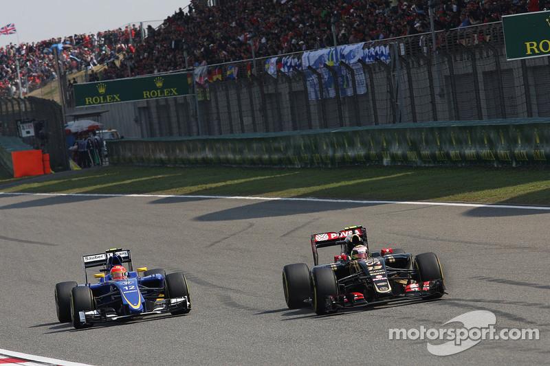 Pastor Maldonado, Lotus F1 E23, vor Felipe Nasr, Sauber C34