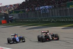 Pastor Maldonado, Lotus F1 E23 memimpin Felipe Nasr, Sauber C34