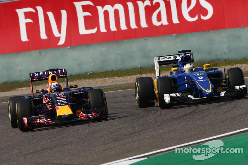 Daniel Ricciardo, Red Bull Racing RB11 dan Marcus Ericsson, Sauber C34 bertarung memperebutkan posis