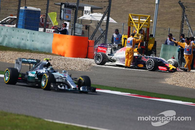 Daniil Kvyat, Red Bull Racing RB11 tersingkir dari balapan karena mesin balapan, dan disalip oleh Ni