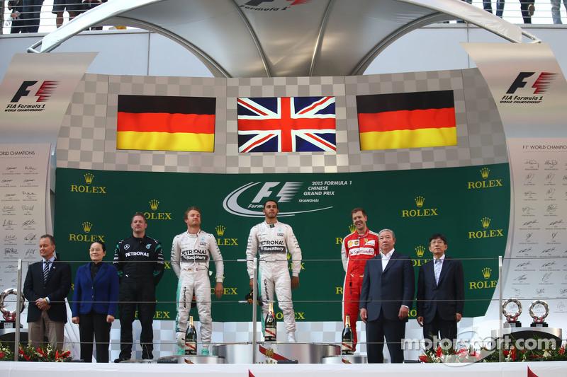 Posisi Pertama Lewis Hamilton Mercedes AMG F1, bersama dengan posisi kedua place Nico Rosberg Mercedes AMG F1 dan posisi ketiga Sebastian Vettel Ferrari