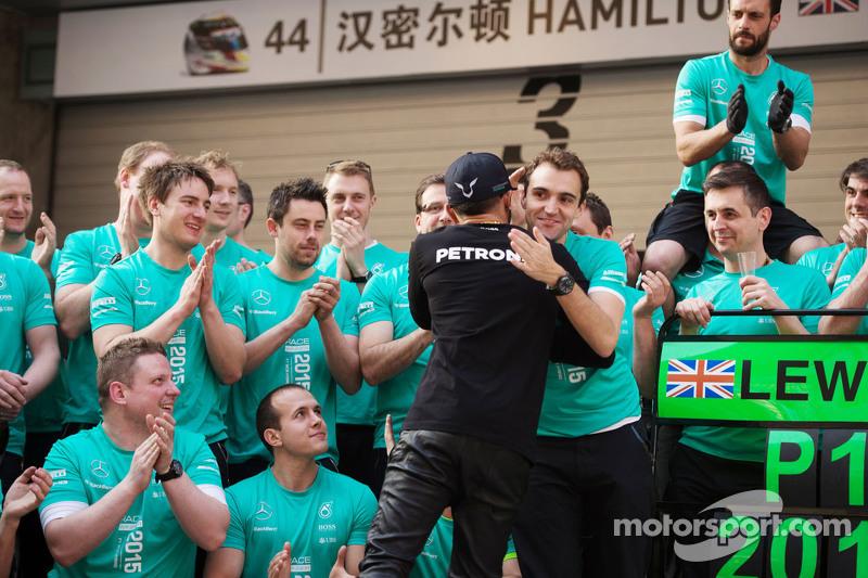 Juara balapan Nico Rosberg Mercedes AMG F1 merayakans bersama tim