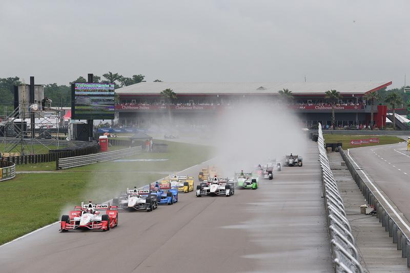 Juan Pablo Montoya, Team Penske Chevrolet leads the start