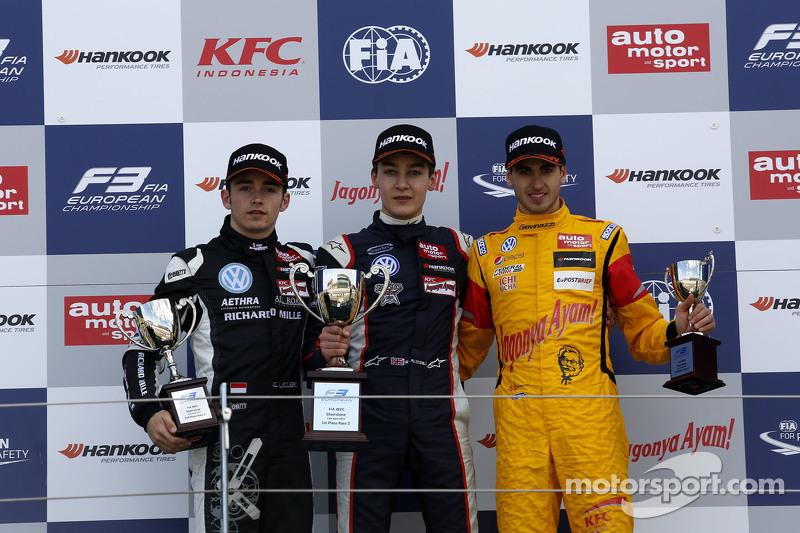 Podium: 2. Charles Leclerc, Van Amersfoort Racing; 1. George Russell, Carlin, und 3. Antonio Giovina