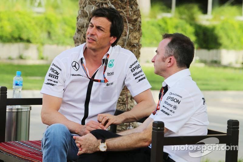 (从左到右)托托·沃尔夫,梅赛德斯AMG车队股东和执行总监,和帕迪·洛维,梅赛德斯AMG车队执行总监