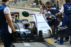 Felipe Massa, Williams FW37 changes a front wing