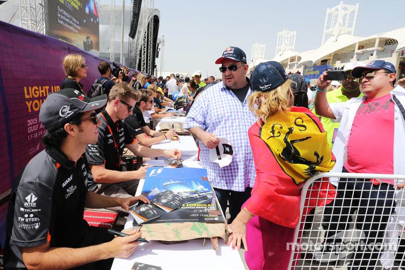 Sergio Perez und Nico Hülkenberg, Sahara Force India F1, schreiben Autogramme für die Fans