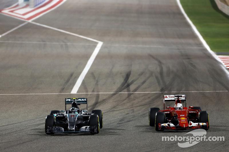 Nico Rosberg, Mercedes AMG F1 W06, und Sebastian Vettel, Ferrari SF15-T, im Zweikampf