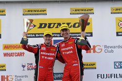 Gordon Shedden, Matt Neal, Honda Yuasa Racing merayakan podium ganda mereka