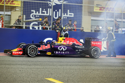 Daniel Ricciardo, Red Bull Racing RB11 se detuvo justo después de la línea de meta
