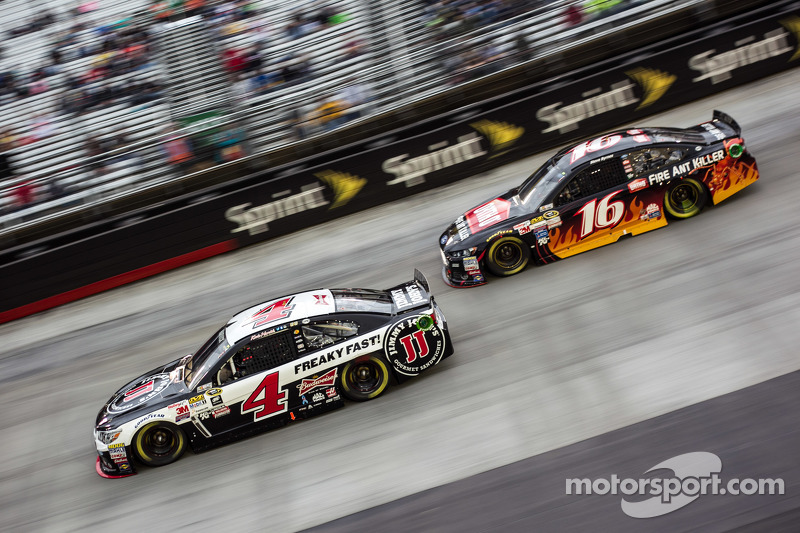 Kevin Harvick, Stewart-Haas Racing Chevrolet and Greg Biffle, Roush Fenway Racing Ford