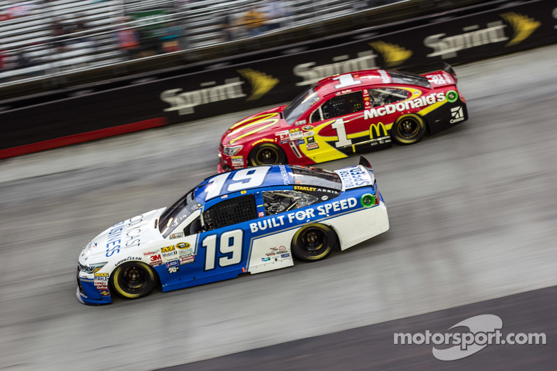 Carl Edwards, Joe Gibbs Racing, Toyota, und Jamie McMurray, Chip Ganassi Racing, Chevrolet