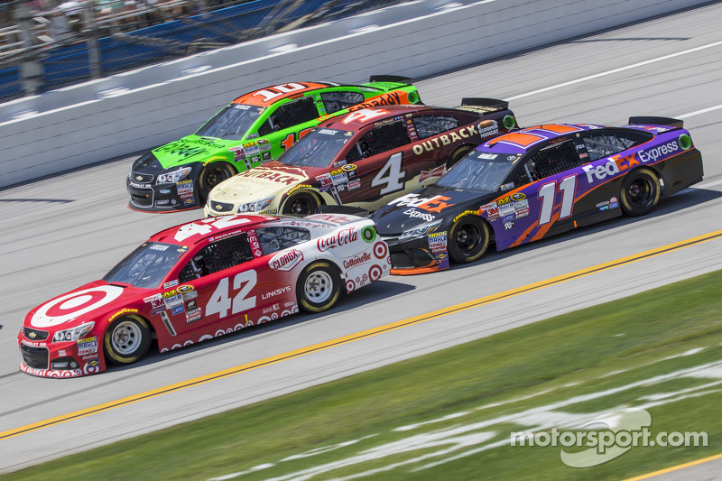 Kyle Larson, Ganassi Racing, Chevrolet; Kevin Harvick, Stewart-Haas Racing, Chevrolet; Denny Hamlin,