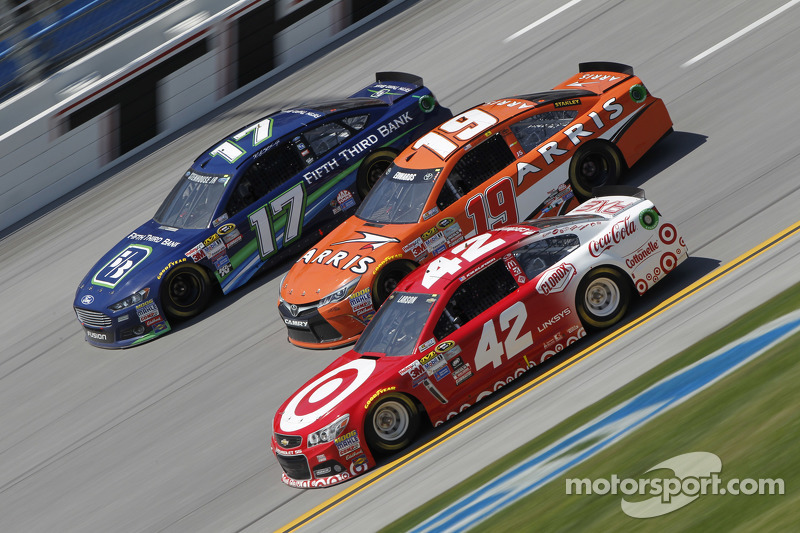 Ricky Stenhouse Jr., Roush Fenway Racing Ford, Carl Edwards, Joe Gibbs Racing Toyota and Kyle Larson, Ganassi Racing Chevrolet