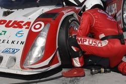 Tire change for #01 CompUSA Chip Ganassi with Felix Sabates Lexus Riley: Scott Pruett, Luis Diaz, Scott Dixon