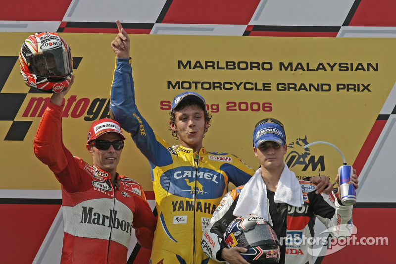 Podio: ganador de la carrera Valentino Rossi, Loris Capirossi y Dani Pedrosa
