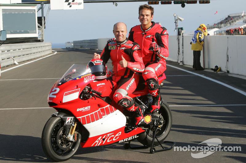 Fanático de motocicleta Lachlan Murdoch paseos con Randy Mamola en el Ducati Marlboro Team Desmosedi
