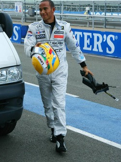 Lewis Hamilton returns to the pitlane after stopping on track