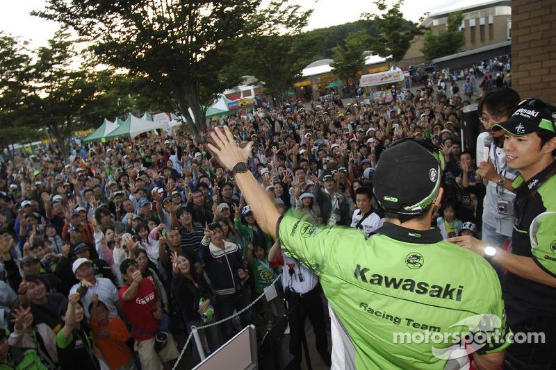 Randy de Puniet y Shinya Nakano con fans