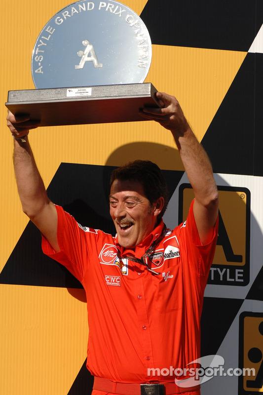 Podio: ganan el trofeo de equipo a Massimo Bracconi