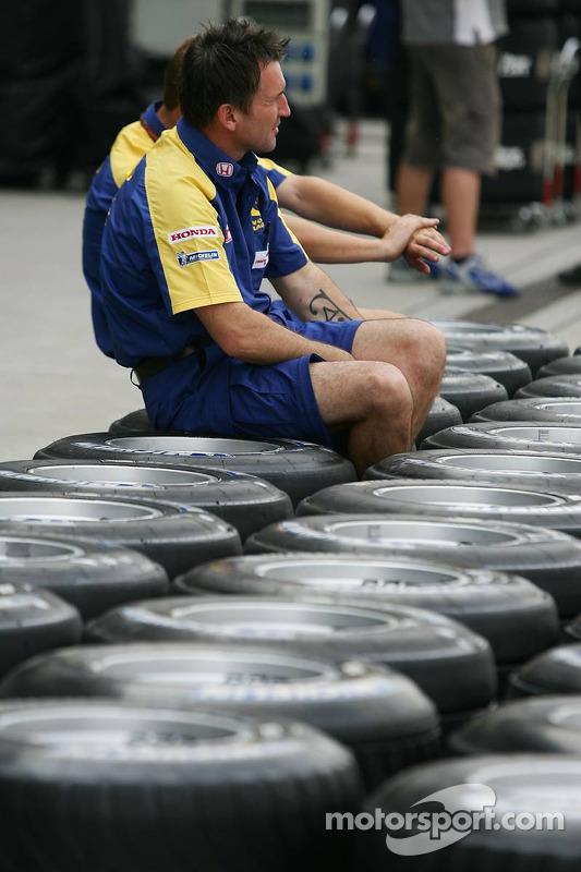 Un miembro del equipo Honda prepara los neumáticos de los equipos para el fin de semana
