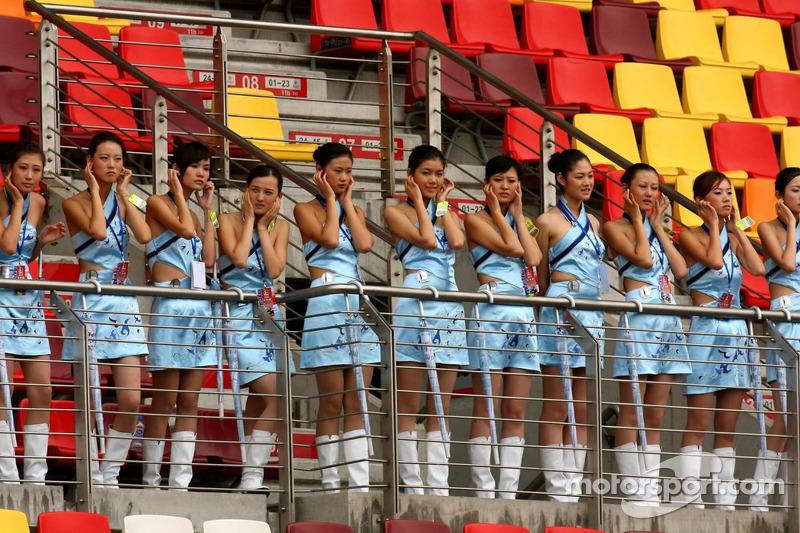 Chicas en la tribuna