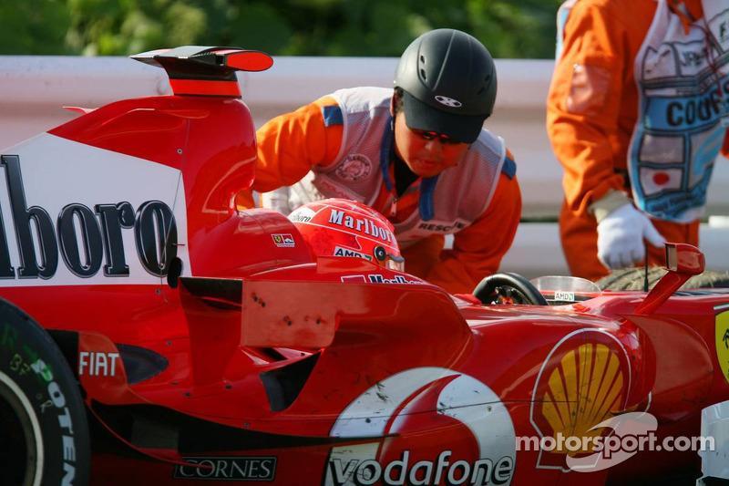 Michael Schumacher se detuvo en la pista por fallo de motor