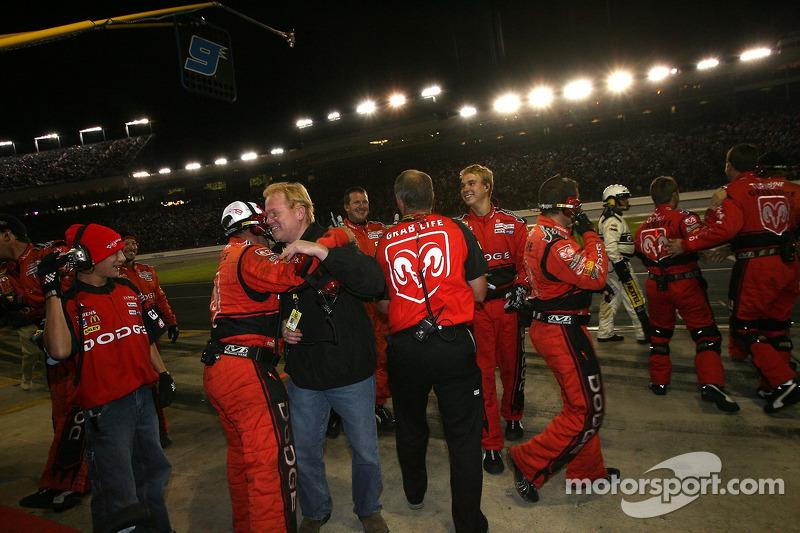 Le staff de Dodge Dealers / UAW Dodge célèbre