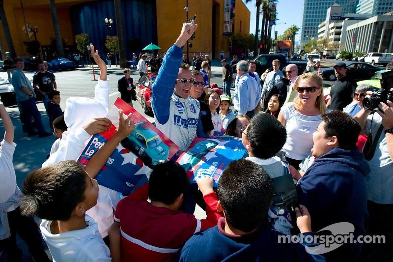 Guy Cosmo célèbre sa victoire avec les fans