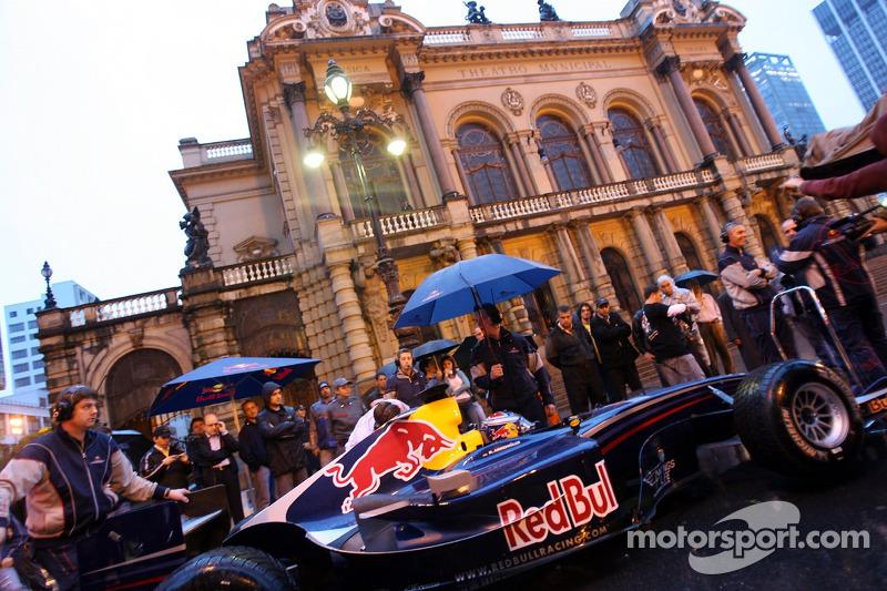 Run de démonstration par Red Bull Racing à Sao Paulo : Michael Ammermüller devant le Théâtre Municip