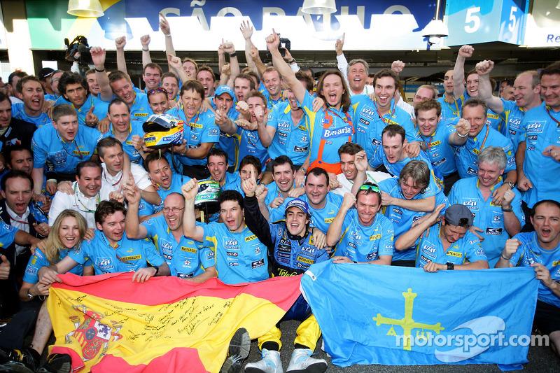Campeón del mundo F1 2006, Fernando Alonso, celebra con miembros de Renault F1