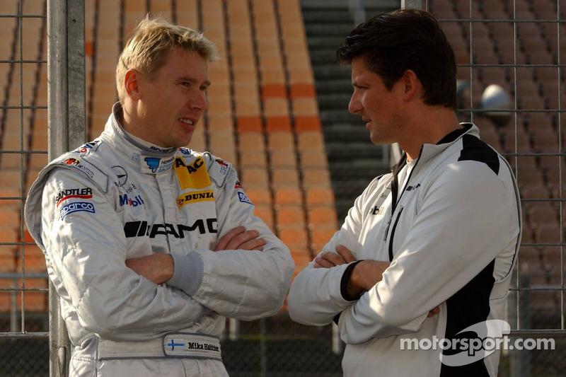 Mika Häkkinen parle à son ingénieur de course Axel Randolph