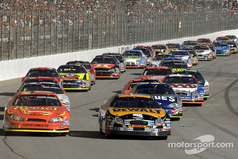 Start: Matt Kenseth and Kevin Harvick battle for the lead